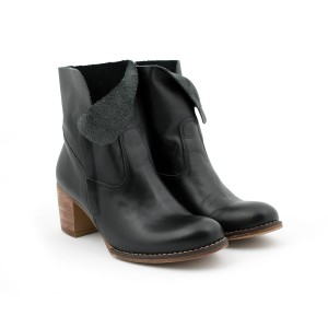 Kožené dámské boty černé barvy na podpatku