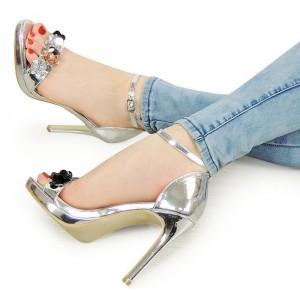 Elegantní stříbrné sandály na podpatku s kamínky