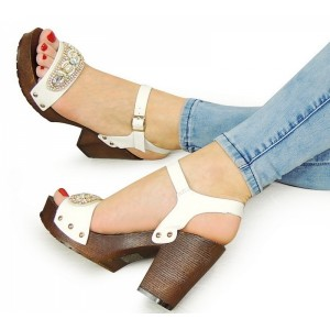 Letní bílé dámské sandály na hrubém podpatku