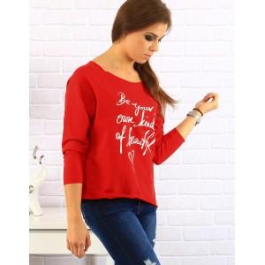 Dámský bavlněný svetr červené barvy s tríčtverečným rukávem a nápisem