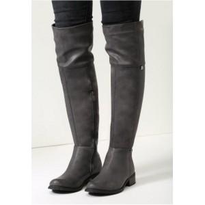 Stylové dámské kožené kozačky nad kolena v šedé barvě na nízkém podpatku