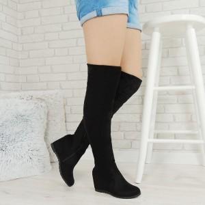 Dámske semišové čižmy nad kolená na vysokom plnom podpätku v čiernej farbe
