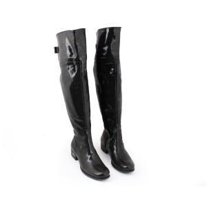 Moderní kožené kozačky lesklé černé barvy na podpatku s remínkem