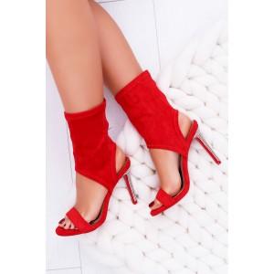 Výrazné červené sandály s vysokým kamínkovým podpatkem