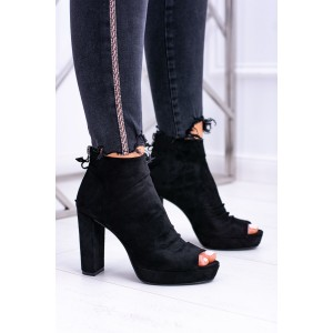 Kotníkové boty černé barvy se zipem na patě a otevřenou špičkou