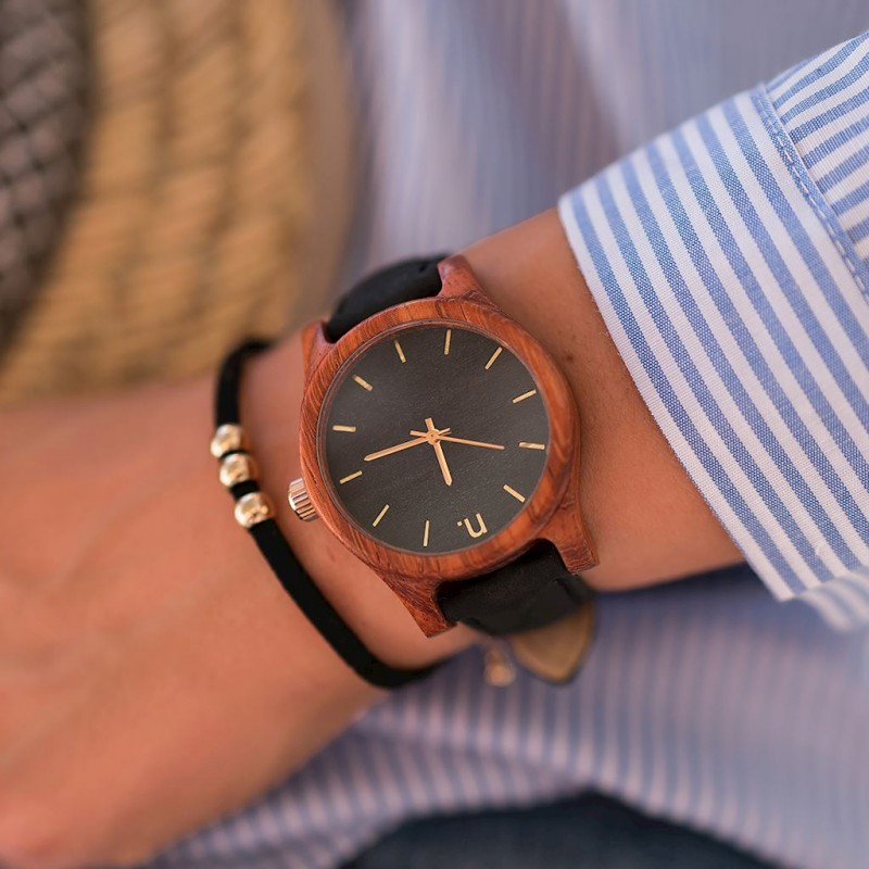 b4a6f84a40 Dámské dřevěné hodinky v černé barvě s koženým řemínkem