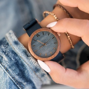 Dřevěné hodinky v modré barvě s textilním řemínkem pro dámy