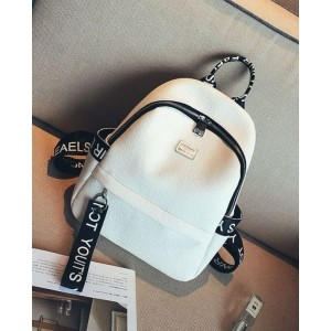 Bílý batoh s designovými nápisy na popruzích