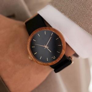 Pánské dřevěné hodinky se zlatými ručičkami a číslicemi