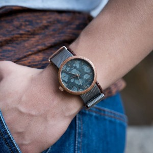 Šedé pánské dřevěné hodinky se zlatými ručičkami a šedým ciferníkem