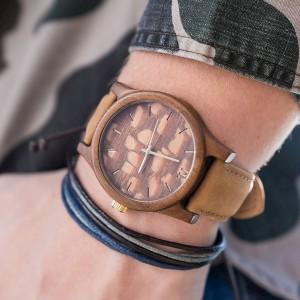 Pánské dřevěné hodinky hnědé barvy s ciferníkem se vzorem