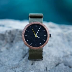 Pánské dřevěné hodinky se zeleným páskem a šedě žlutými ručičkami