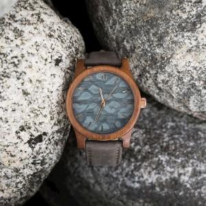 Šedé náramkové dřevěné hodiny s ciferníkem se skvrnami