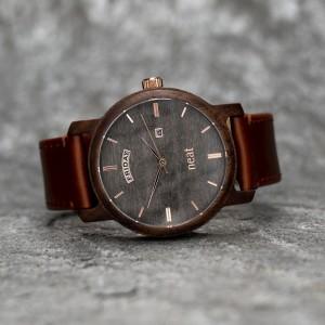 Šedě hnědé dřevěné pánské hodinky se zlatými ručičkami