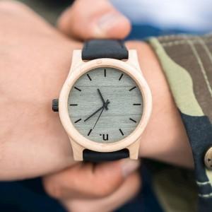 Pánské náramkové hodinky z javorového dřeva s černým koženým páskem