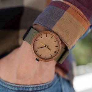 Moderní dřevěné hodinky se žlutou ručičkou a textilním řemínkem