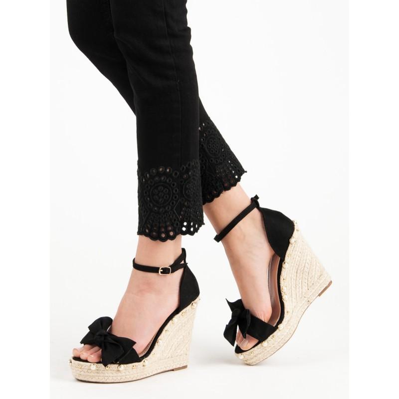 0514601a2c8a Černé dámské sandály na vysoké pletené platformě ozdobené perličkami