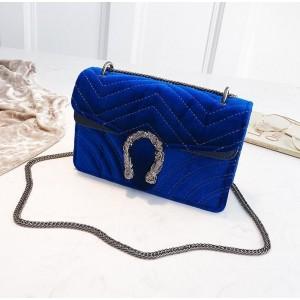 Modrá elegantní kabelka s velkou sponou