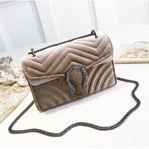 Měkká dámská kabelka s řetízkem přes rameno
