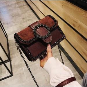 Malá crossbody kabelka hnědé barvy s velkou efektní přezkou