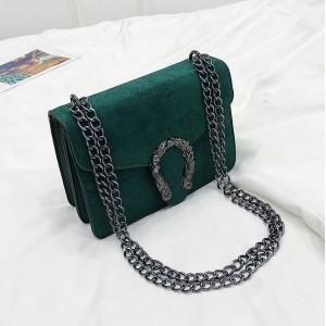 Zelená kabelka na rameno s velkou přezkou