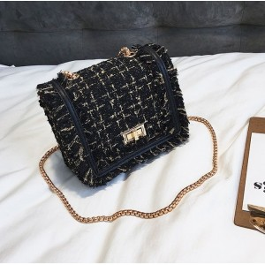 Černá kabelka crossbody se zlatými detaily