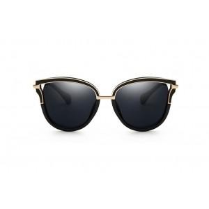 Černé sluneční brýle se zlatým prvkem na rámu a ručkách