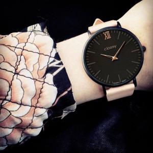 Elegantní dámské hodinky s černým ciferníkem a růžovým řemínkem