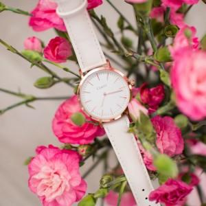 Stylové dámské hodinky menšího designu ciferníku a růžovým řemínkem
