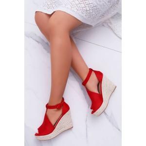 Červené semišové sandály s platformou a otevřenou špičkou