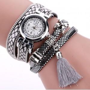 Moderní dámské hodinky stříbrné s trendy aplikacemi a šedým střapcem