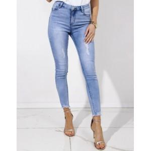 Světle modré dámské jeansy zakončené trendy roztřepená na nohách