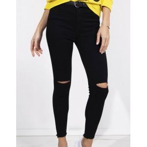 Trendy dámské černé rifle s módními dírami na kolenou