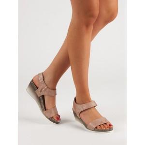 Originální dámské sandály na platformě v růžové barvě s leskem