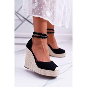 Černé dámské sandály na platformě s vybíjením páskem