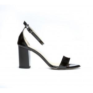 Černé dámské kožené sandály lakované na módním podpatk