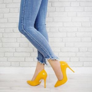 Společenské dámské lakované lodičky žluté barvy na vysokém podpatku