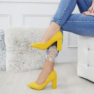 Krásné žluté lodičky na módním plném podpatku s ostrou špičkou