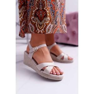 Pohodlné dámské béžové sandály s elegantním překřížením a platformě