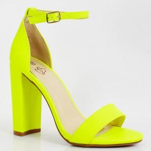 Originální dámské neonově žluté sandály podle nejnovějších trendů