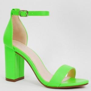 Trendy dámské neonově zelené sandály na módním plném podpatku