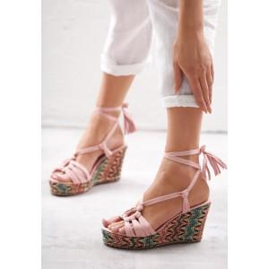 Sandály na platformě s vázáním kolem nohy