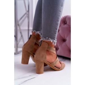 Elegantní dámské hnědé sandály s výřezy a druky na trendy podpatku