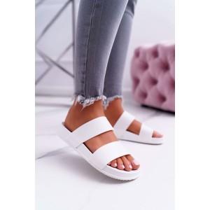 Trendy dámske biele gumené šľapky s pásmi na vyvýšenej podrážke