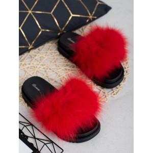 Trendy dámské červené kožešinové pantofle na černé platformě