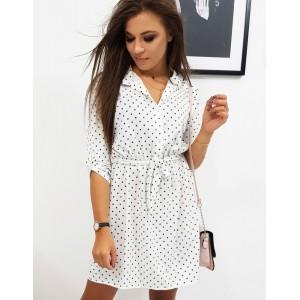 Krásné bílé puntíkované šaty se zapínáním na knoflíky a páskem