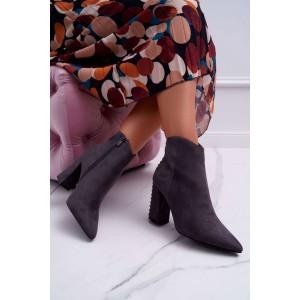 Stylové dámské šedé kotníkové kozačky na podpatku s módními druky