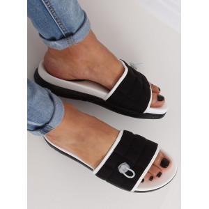 Moderní dámské černé prošívané pantofle
