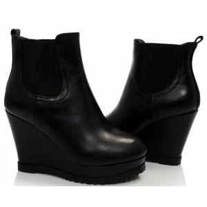 Dámské černé kotníkové boty na platforme