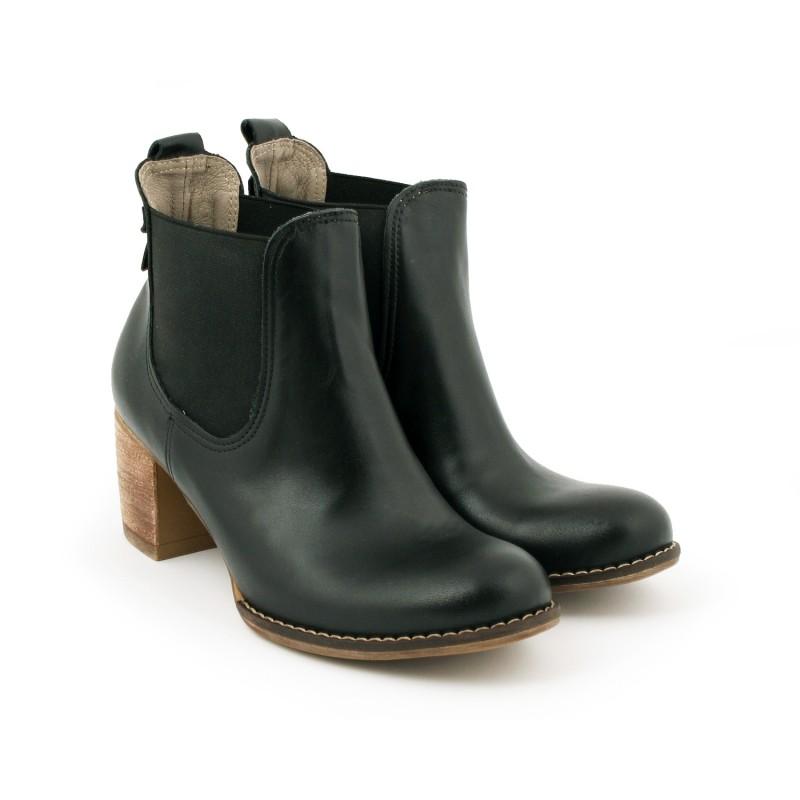 9ba845f7e804d Dámské kožené boty kožené na tlustém podpatku černé barvy - manozo.cz